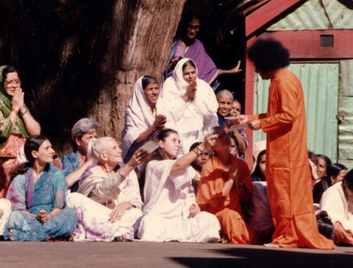 Sathya Sai Baba gives darshan to ladies